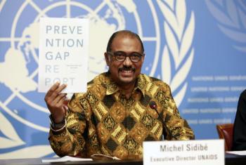 O diretor executivo da Unaids, Michel Sidibé, com o novo relatório da agência. Foto: Unaids