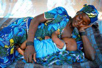 Nos lusófonos, menor índice de bebês que recebem leite materno é de Angola com 94,9%.Foto: Unicef/NYHQ2010-3063/Pirozzi