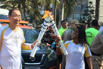 Secretário-geral da ONU, Ban Ki-moon, e Thaiza Vitória da Silva durante revezamento da tocha olímpica no Rio de Janeiro. Foto: Isabel Clavelin/ONU Mulheres Brasil.