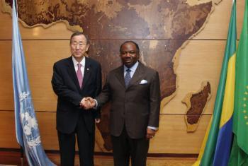 Ban Ki-moon com o Presidente do Gabão, Ali Bongo Ondimba, em visita ao país em 2010. Foto: ONU/Evan Schneider