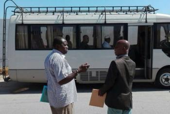 Um autocarro da OIM transporta representantes ao centro de detenção em Trípoli. Foto: OIM