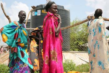 Mulheres deslocadas no Sudão do Sul fazem fila para receber água após o Unicef ter entregue 100 mil litros de água limpa para a região. Foto: Unicef/UN025202/Irwin (arquivo)