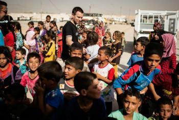 O ator Ewan McGregor visita acampamento para crianças deslocadas no Iraque. Foto: Unicef/Siegfried Modola