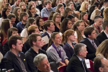 Os jovens esperam mais proatividade de seus líderes e de organizações, quer sejam nacionais ou internacionais.Foto: ONU/Evan Schneider