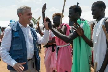 Alto comissário da ONU Filippo Grandi com sul-sudaneses. © UNHCR/Michele Sibiloni
