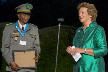 Major Aichatou Ousmane Issak (à esq.) recebe o prémio da ministra do Estado no Ministério dos Negócios Estrangeiros do Reino Unido, a baronesa Joyce Anelay. Foto: Ministério da Defesa do Reino Unido