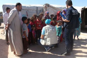 Representantes do Unicef conversam com mães e crianças deslocadas no bairro de Majabel, em Alepo, na Síria. Foto: Unicef/Ourfali