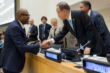 """Ban Ki-moon cumprimenta o enviado especial da Unesco, Forest Whitaker, no evento """"Investir em Paz Sustentavel"""". Foto: ONU/JC McIlwaine"""