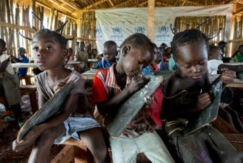 Crianças em escola primária de campo de refugiados na República Democrática do Congo. Foto: Acnur/Sebastian Rich (arquivo)