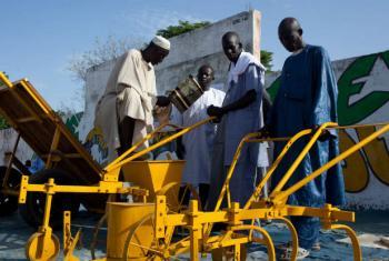As máquinas agrícolas ajudam os pequenos agricultores a aumentar a sua produção. Foto: FAO/Swiatoslaw Wojtkowiak
