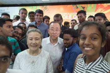Ban Ki-moon (ao centro) com jovens em evento no Sri Lanka. Foto: ONU/Eskinder Debebe
