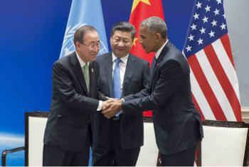 Secretário-geral da ONU, Ban Ki-moon, com os presidentes da China, Xi Jinping, e dos Estados Unidos, Barack Obama, em cerimônia em Hangzhou, China, nesta sábado, 3 de setembro. China e Estados Unidos depositaram seus instrumentos legais para se juntarem f