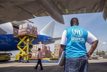 Mais de 100 toneladas de artigos de ajuda de emergência foram transportadas por via aérea para a área ugandesa de Entebbe.Foto: Acnur/Jiro Ose