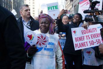 Participantes da marcha para Igualdade de gênero e direitos das mulheres. Foto: ONU/Devra Berkowitz