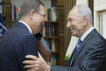 Ban Ki-moon (à esq.) com Shimon Peres em 2013. Foto: ONU/Rick Bajornas