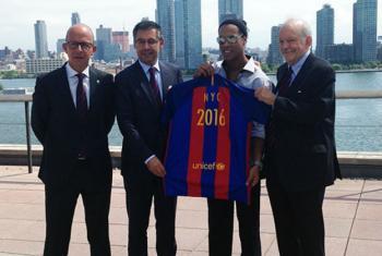 O vice-presidente do Barcelona, Jordi Cardoner (à esq.), o presidente do Barcelona, Josep Maria Bartomeu, o jogador Ronaldinho Gaúcho e o diretor executivo do Unicef, Anthony Lake. Foto: Rádio ONU/Jordi Trujols