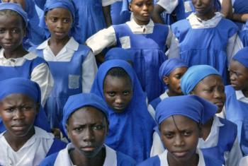 Adolescentes na Serra Leoa. Foto: ONU/Eric Kanalstein