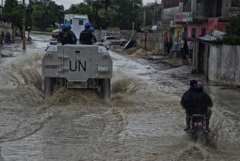 Patrulha da Minustah em rua alagada no Haiti após a passagem do furacão Matthew. Foto: Minustah/Igor Rugwiza