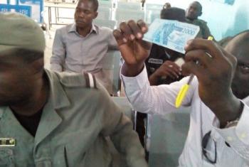 Polícia do níger examina nota de dinheiro. Foto: OIM (arquivo)