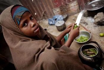 Cozinhar, limpar a casa, cuidar dos irmãos e coletar água e lenha são algumas das atividades que muitas meninas precisam fazer todos os dias para ajudar a família.Foto: Unicef/Holt