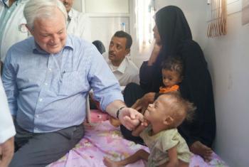 O subsecretário-geral da ONU para Assuntos Humanitários, Stephen O'Brien (à esq.), durante visita a um hospital no Iémen. Foto: Ocha Iémen (arquivo)