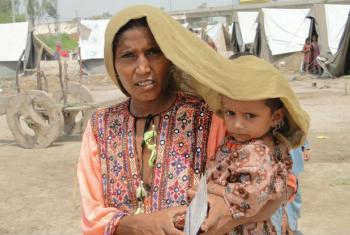Mulher protege filha de calor escaldante no Paquistão. Foto: Pnud/Hira Hashmey