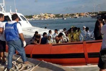 Embarcação da guarda costeira italiana leva sobreviventes de um barco naufragado ao porto de Lampedusa. Foto: Amsa/Acnur (arquivo)