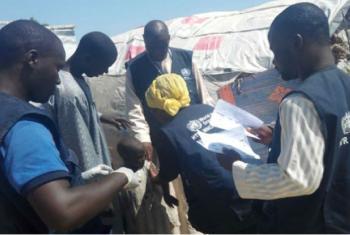 Em novembro, OMS e parceiros ajudaram a vacinar mais de 10 mil crianças contra o sarampo em dois dias em campos para deslocados internos no estado de Borno, na Nigéria, afetado por conflito. Foto: OMS/P. Ajello