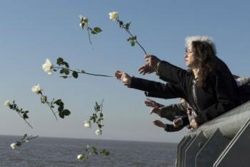 Argentinos jogam rosas no Rio da Prata, em Buenos Aires. Foto: ONU/Mark Garten