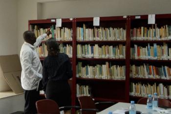 Laurindo Nhacune e Laura Gelbert conversam sobre o projeto de alfabetização de adultos em Moçambique. Foto: Rádio ONU