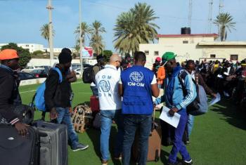 Funcionários da OIM com migrantes de Burkina Fasso. Foto: OIM