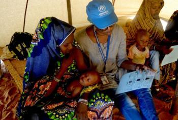 Funcionária do Acnur com mulheres e crianças num acampamento na Mauritânia Foto: Acnur/Helena Pes