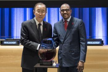 Ban Ki-moon (à esq.) e Michel Sidibé em evento na sede da ONU. Foto: ONU/Mark Garten