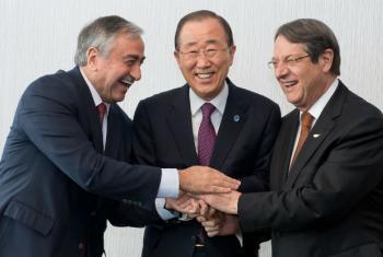 Ban Ki-moon no encontro com o líder grego-cipriota Nicos Anastasiades (direita) e o turco-cipriota, Mustafa Akinci (esquerda).Foto: ONU/Jean-Marc Ferré