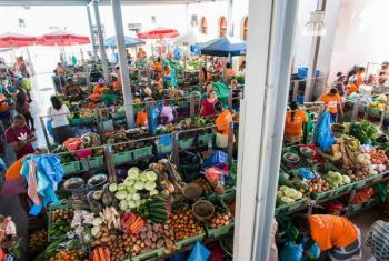 Mulheres vestem a cor laranja em evento no Mercado do Plateau, na Cidade da Praia. Foto: ONU Mulheres Cabo Verde/Eneas Rodrigues