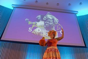 Performance da artista Adriana Rolin levou mensagem de empoderamento para as mulheres. Foto: UNIC Rio / Matheus Otanari