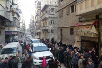 Deslocados em Alepo, na Síria, fazem fila para receber alimentos distribuidos pelo Programa Mundial de Alimentos, PMA. Foto: PMA/Hani Al Homsh