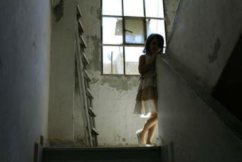Menina síria em um prédio destruído na cidade síria de Alepo. Foto: Ocha/G. Seifo