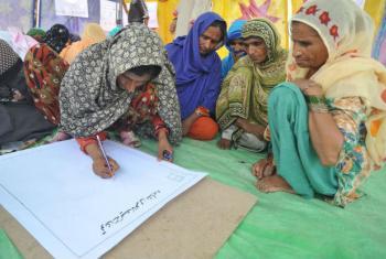 As mulheres são proprietárias de menos de 20% da terra agrícola, no entanto, compõem quase metade da força de trabalho do setor. Foto: FAO