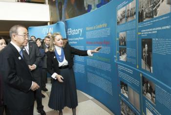 Ban Ki-moon e María Emma Mejía na exibição de fotos e documentos sobre o papel das mulheres na ONU, chamada HERstory.Foto: ONU/Mark Garten