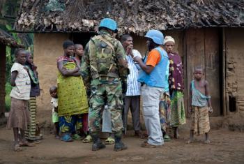 Soldados de paz da Monusco conversam com a população local, na República Democrática do Congo. Foto: ONU/Sylvain Liechti