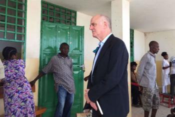 David Nabarro em encontro com haitianos em Jeremie, região severamente afetada pelo furacão Matthew. Foto: ONU Haiti