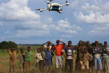 Crianças no Malaui assistem a uma demonstração de drone em Lilongwe. Foto: Unicef/UN013394/Khonje