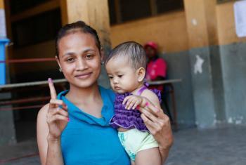 No Timor-Leste, mulher prova que exerceu seu direito de votar. Foto: ONU/Martine Perret