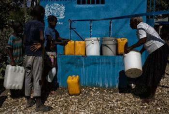 Cerca de 18 mil pessoas agora tem acesso à água limpa no remoto bairro de Los Palis, no Haiti, em um sistema de abastecimento de água financiado pela Missão da ONU no país, Minustah. Foto: ONU/ Minustah
