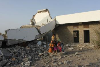 Crianças em frente a escola danificada pelo conflito no Iêmen. Foto: Unicef/Abu Monassar