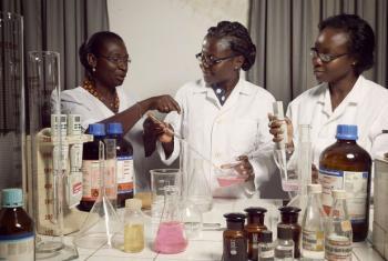 Professoras de bioquímica da Universidade de Lomé, em Togo. Foto: Banco Mundial/Stephan Gladieu