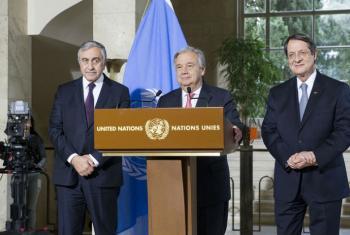 O secretário-geral António Guterres com líder turco- cipriota Mustafa Akinci (esq) e o líder greco-cipriota Nicos Anastasiades (dir).Foto: ONU/Violaine Martin