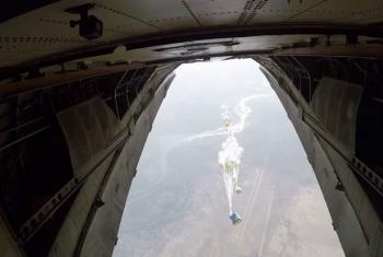 Suprimentos lançados de avião para a cidade de Deir Ez Zor, na Síria. Foto: PMA/Photolibrary