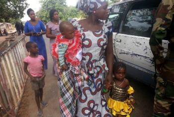 Mulher e crianças chegam ao Senegal vindas da Gâmbia. Foto: PMA/William Diatta